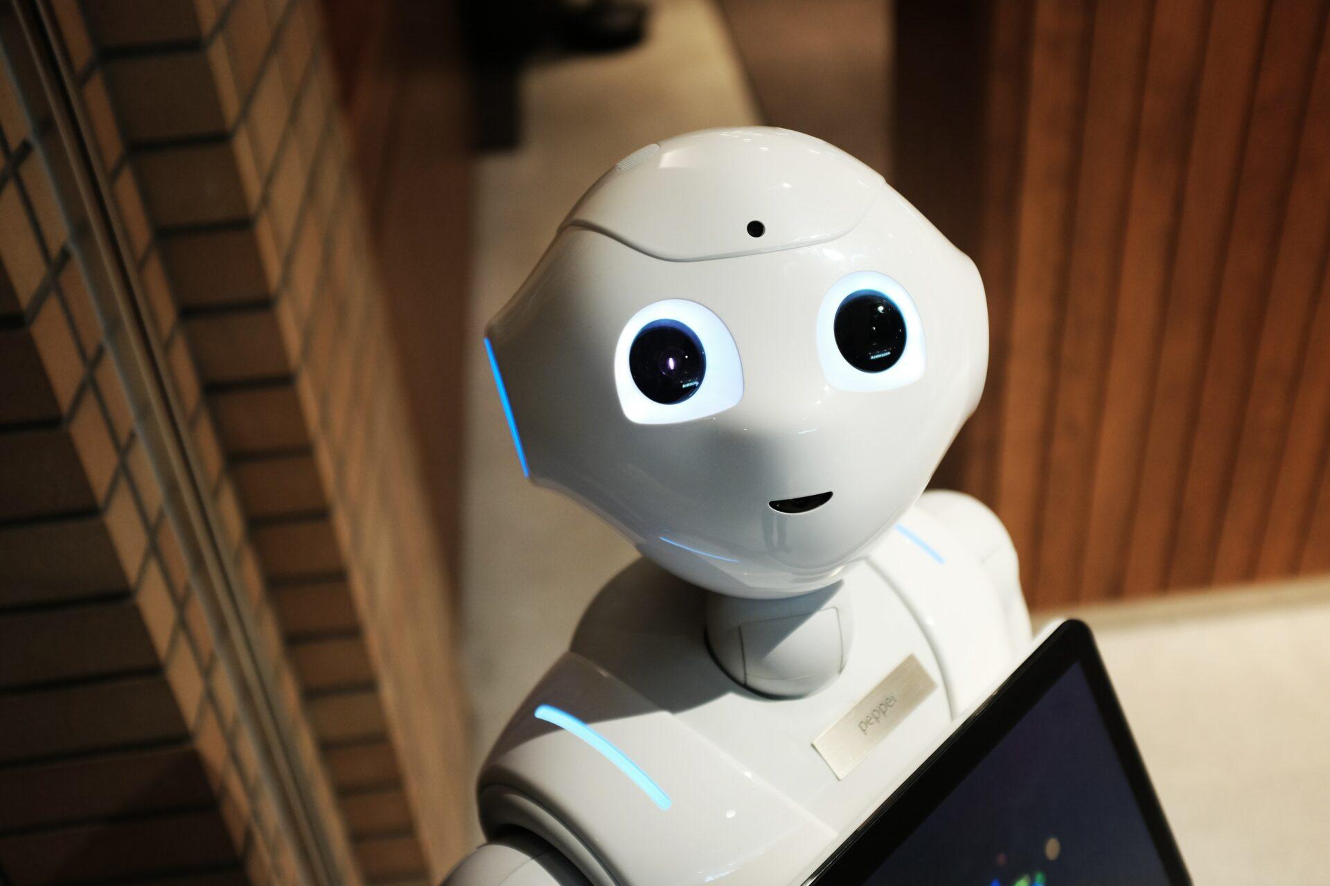 Foto: Roboter Pepper schaut in die Kamera